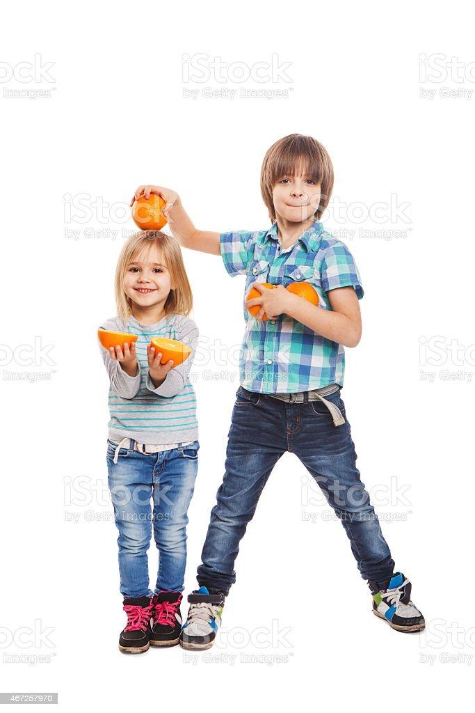 Kinder spielen mit Orange – Foto