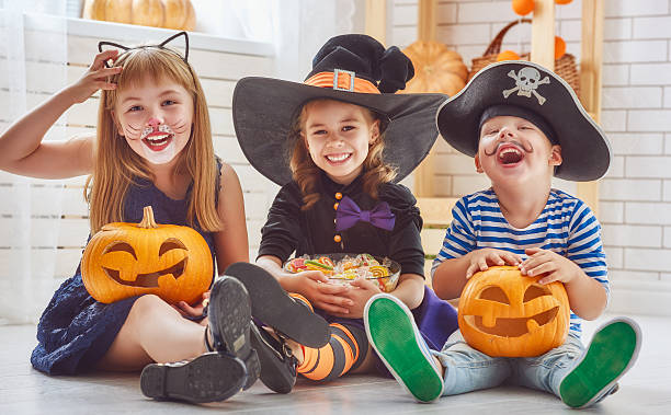 children play with pumpkins - herbst kinder photographie stock-fotos und bilder