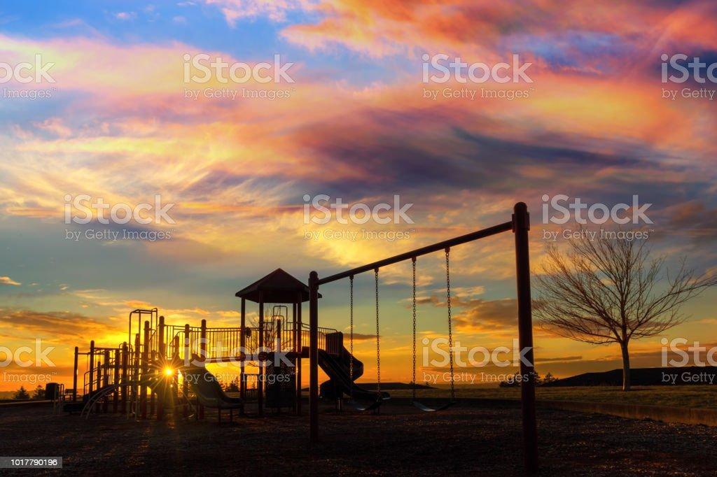 Kinderspielplatz am Altamont Park am Mount Scott in Happy Valley Oregon bei Sonnenuntergang – Foto