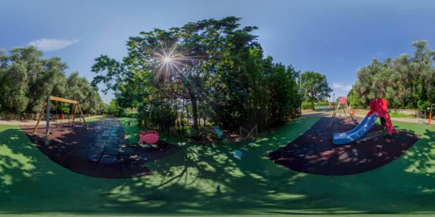 juegos infantiles en el parque, 360vr panorama equirectangular - 360 fotografías e imágenes de stock