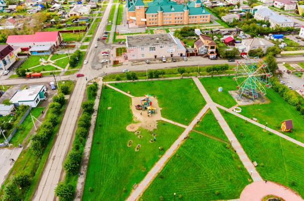 kinderspielplatz im park. golyschmanowo - gummimulch stock-fotos und bilder