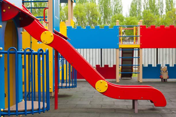 kinderspielplatz mit rutsche. bunte kinder bereich. modernen kinderspielplatz im park - spielplatz design stock-fotos und bilder
