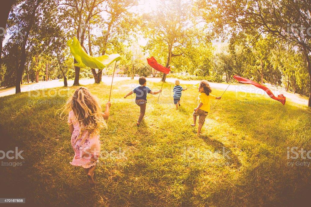 Niños jugando y correr en un parque con coloridos carteles - foto de stock