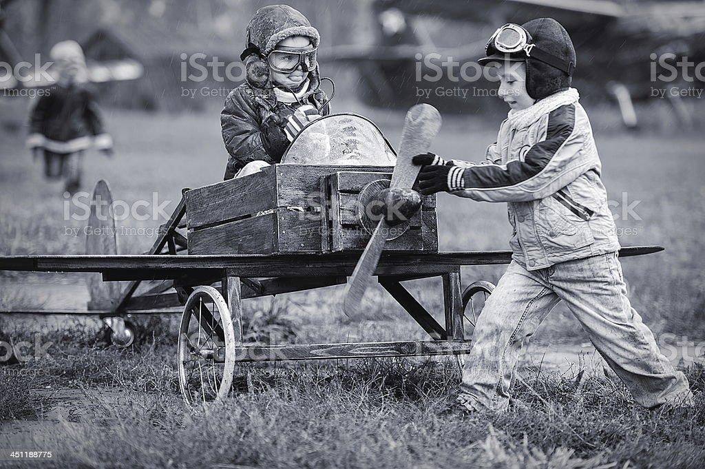 Niños jugando con avión caseras, los pilotos - foto de stock