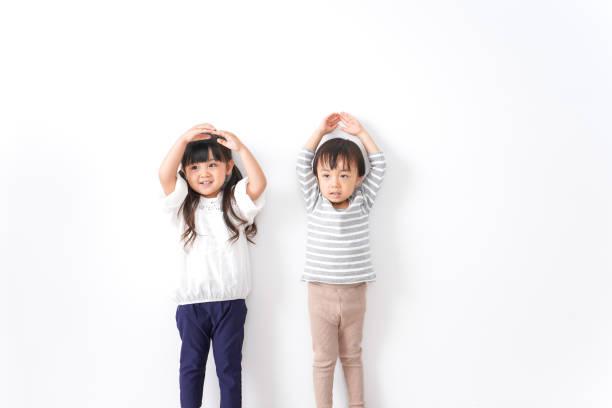 家で遊んでいる子供たち ストックフォト