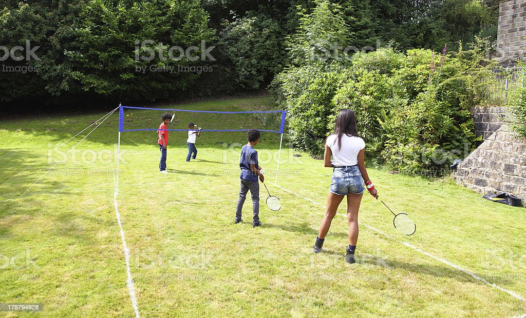 Niños jugando badmington - foto de stock