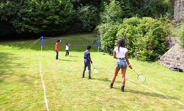 niños jugando badmington - bádminton deporte fotografías e imágenes de stock