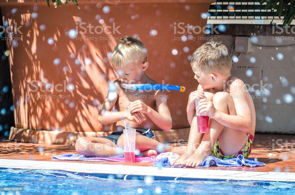 Crianças brincando na piscina - foto de acervo