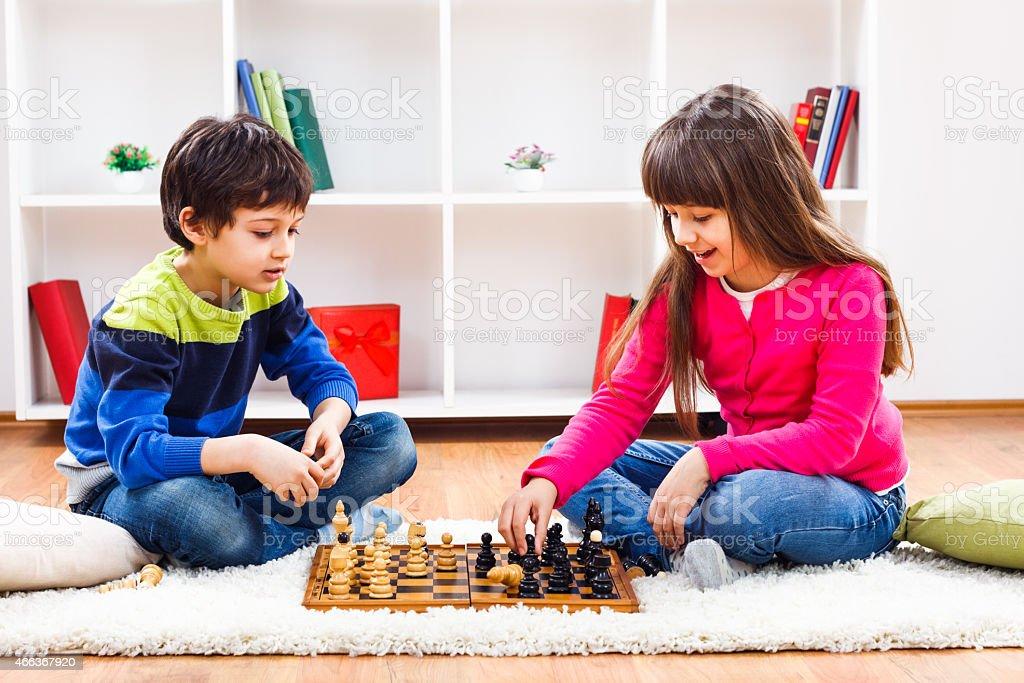 Crianças jogando xadrez - foto de acervo