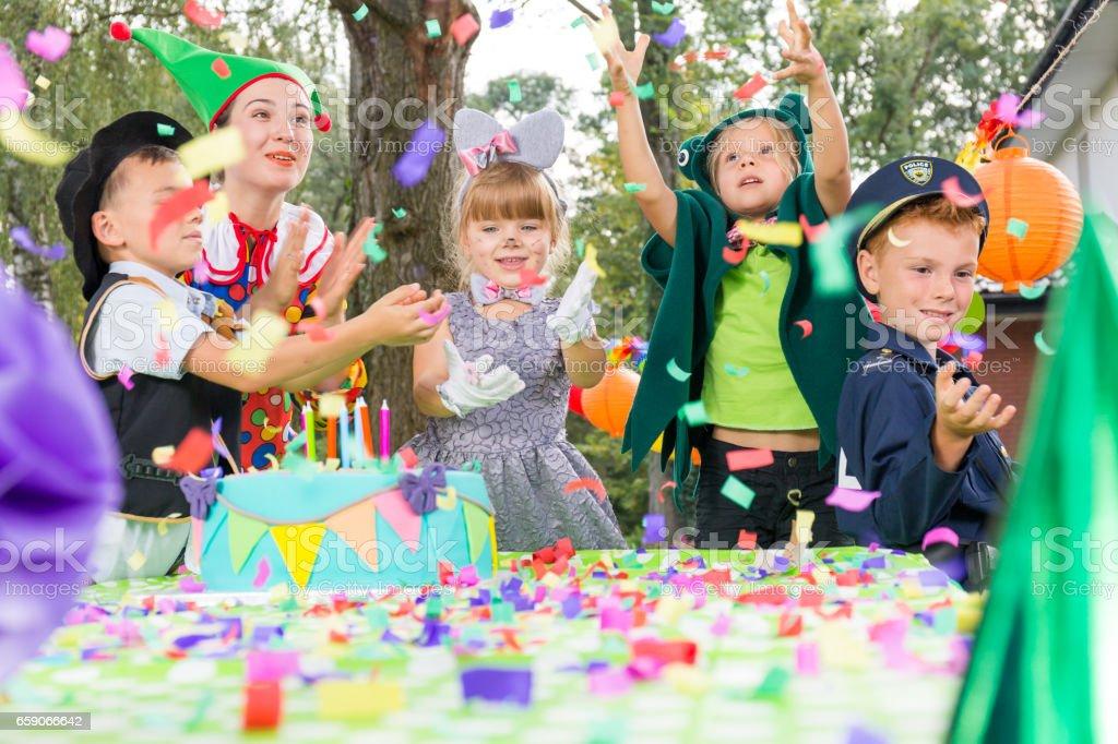 Crianças brincando durante a festa de aniversário - foto de acervo