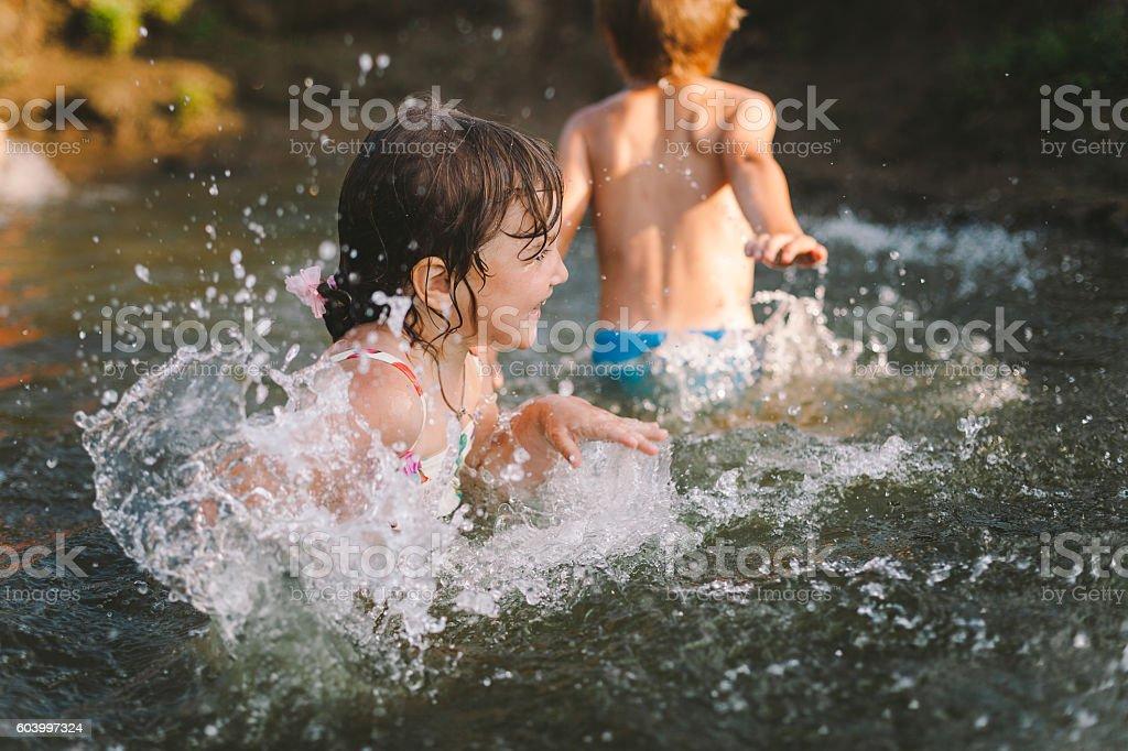 Kinder spielen in einem Fluss – Foto