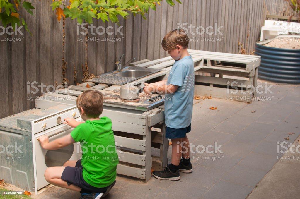 Outdoor Küche Für Kinder : Kinder spielen im schlamm outdoorküche stockfoto und mehr bilder von