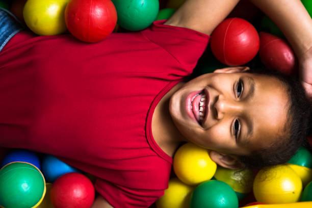 Enfants jouant en plastique piscine balles complet colorés - Photo