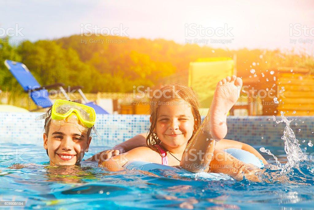 Children playing in pool. Two little girls having fun - foto stock