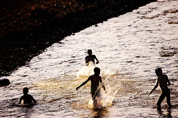 Kinder spielen in die Omo river – Foto