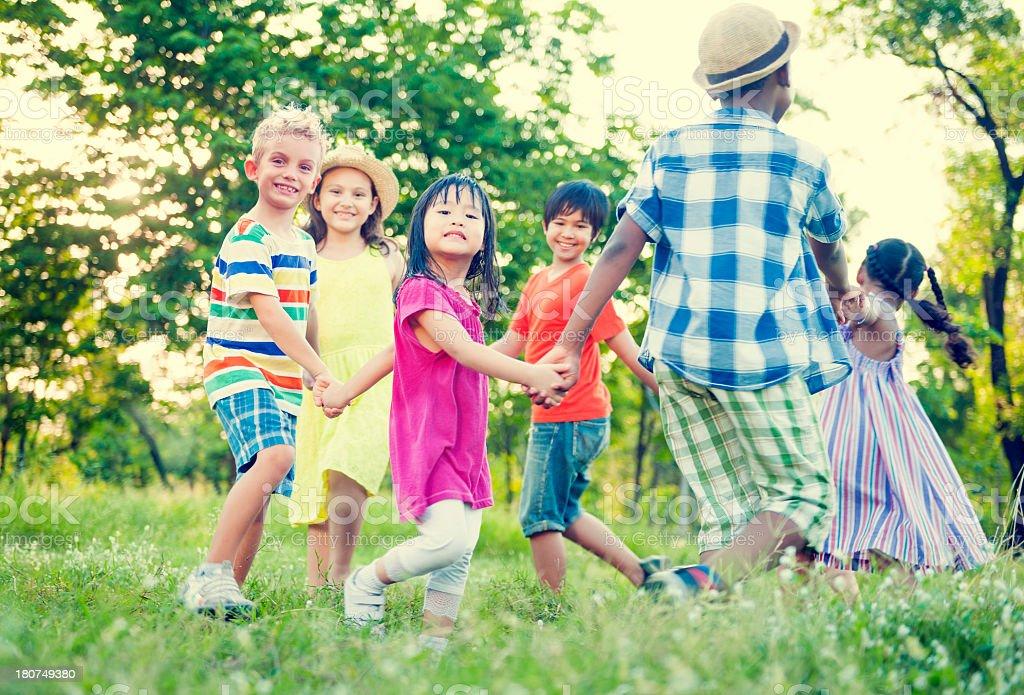 Enfants jouant dans le parc - Photo