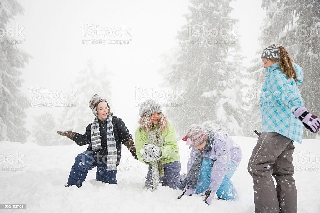 Как дети играют в снежки 73