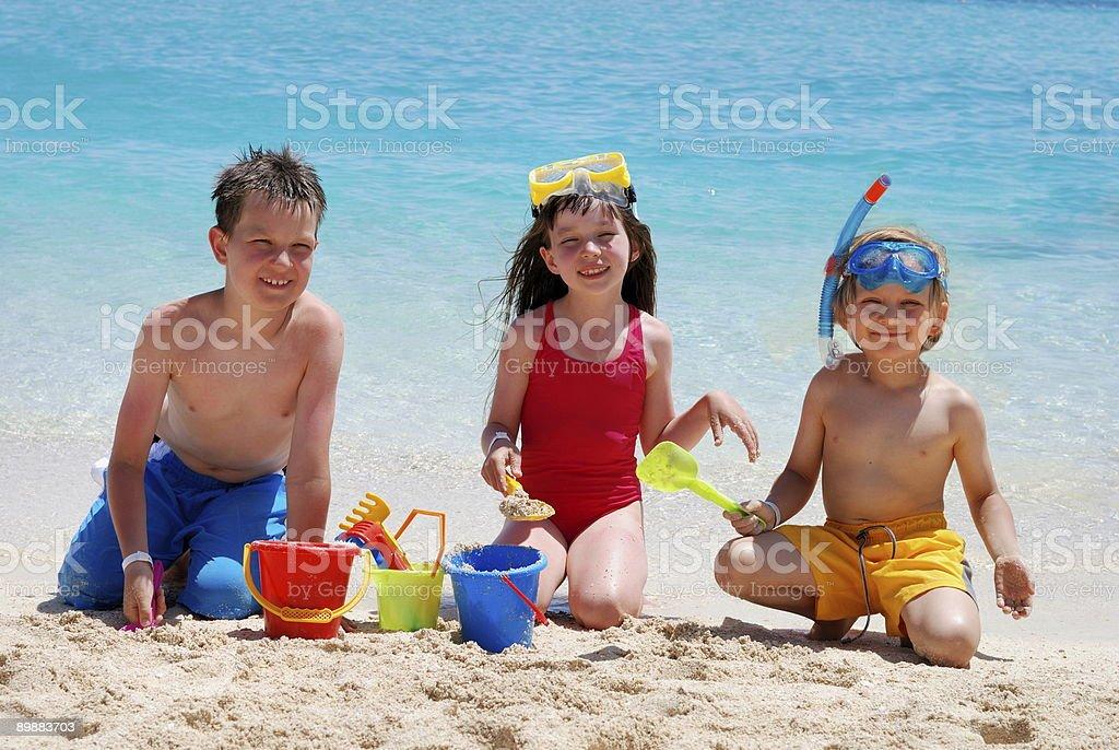 Kinder spielen auf der Strand Lizenzfreies stock-foto