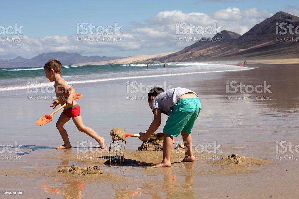 Kinder spielen am Strand – Foto