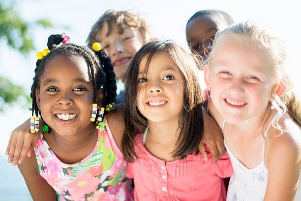 kinder spielen außerhalb an einem sonnigen tag - vor zöpfe stock-fotos und bilder