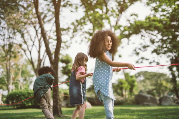 kinder spielen - sommerfest kindergarten stock-fotos und bilder