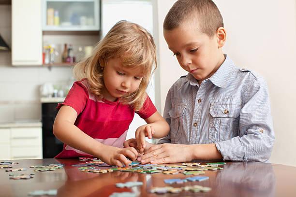 Kinder spielen und puzzles – Foto