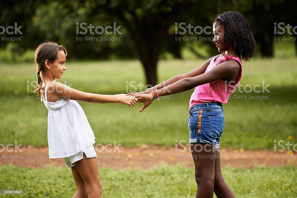 Enfants jouant anneau autour du rosie dans le parc - Photo