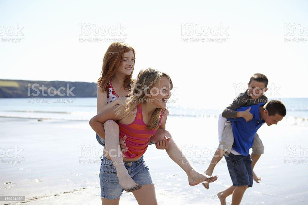 Kinder spielen gemeinsam am Strand – Foto