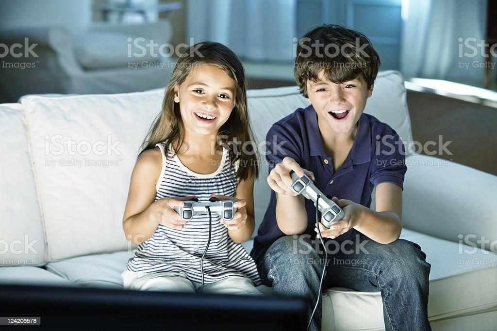 Kinder spielen Videospiele zu Hause fühlen – Foto