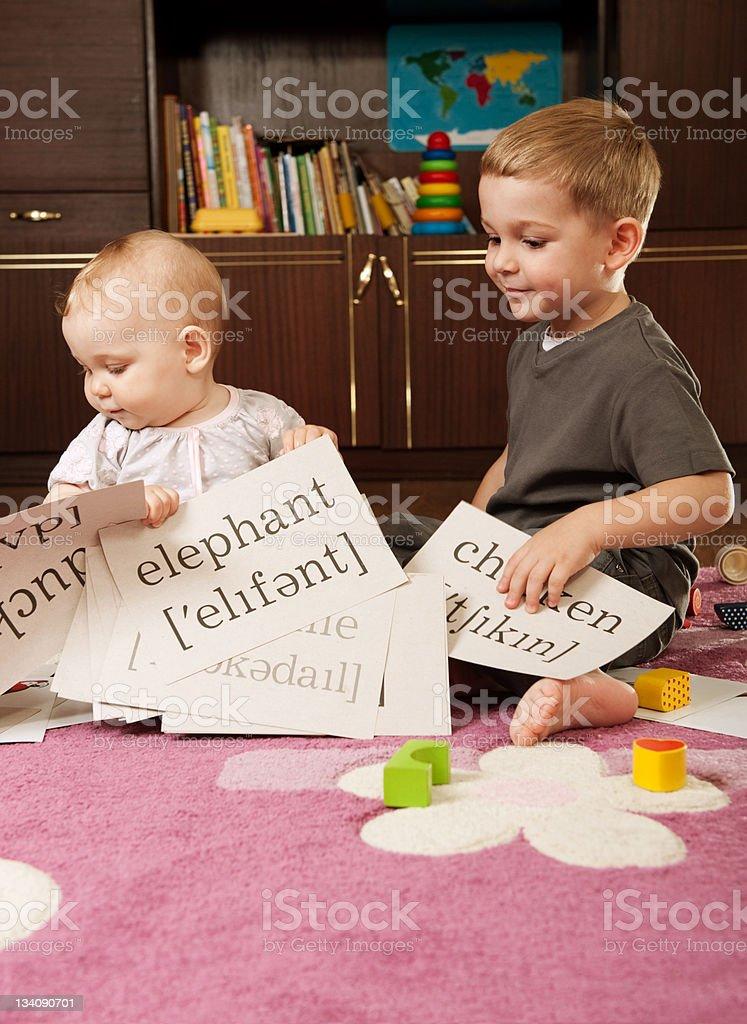 Дети играют в карты фото солнышко карты играть онлайн