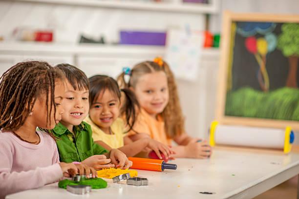 kinder spielen mit sand in class - knete spiele stock-fotos und bilder
