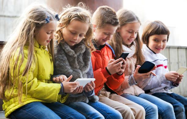 Kinder spielen mit dem Handy – Foto