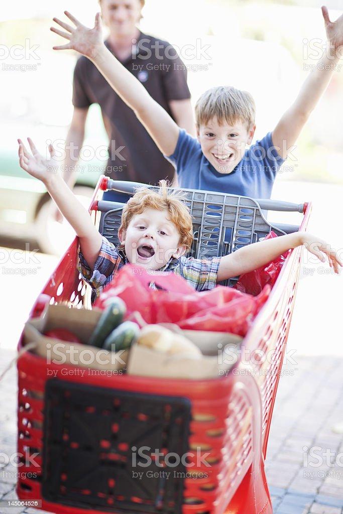I bambini giocano con carrello - foto stock