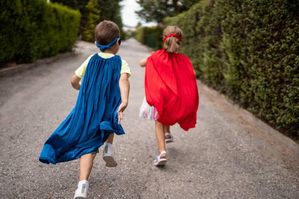 Kinder geben sich als Superhelden aus – Foto