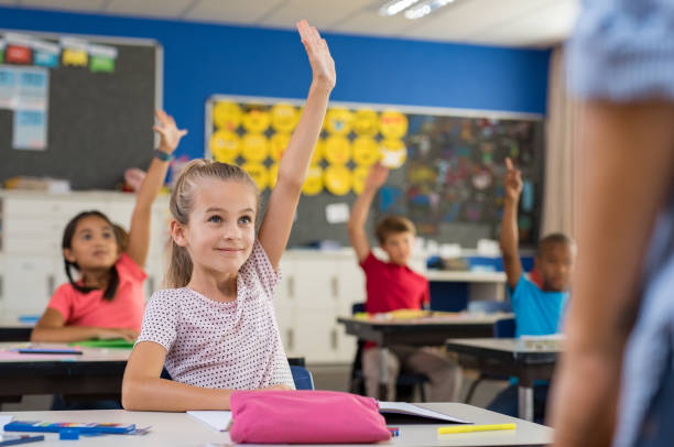 兒童在課堂上舉手 - 小學兒童 個照片及圖片檔