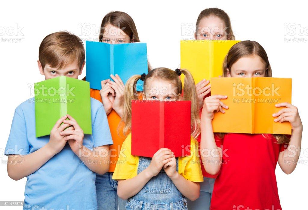 Kinderen Open boeken, School Kids lezingsgroep ogen achter leeg Covers foto