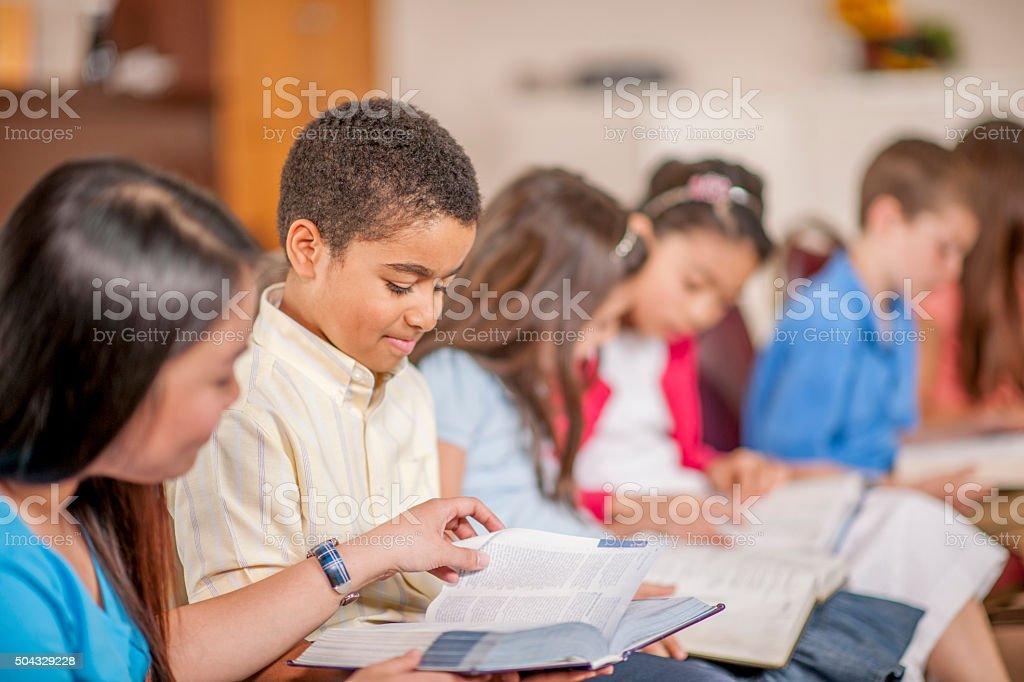 Kinder lesen Schriften eingemeißelt zusammen – Foto