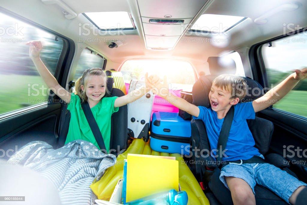 Kinder entspannen Sie sich im Auto während einer langen Autofahrt – Foto