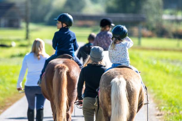 Kinder, die in einem Park reiten – Foto