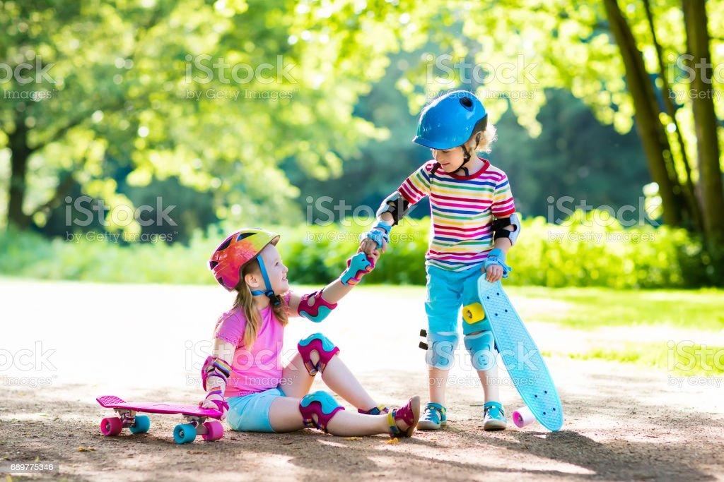 Crianças andando de skate no parque de verão - foto de acervo