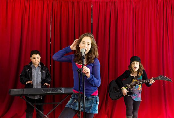 kinder-rock band - mädchen vorhänge stock-fotos und bilder