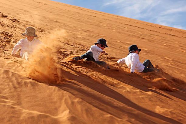 kinder, die sanft geschwungenen sanddünen in sossusvlei namibia - namib wüste stock-fotos und bilder