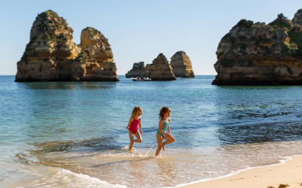 Kinder am Strand, Praia da Boneca, Lagos, Portugal – Foto