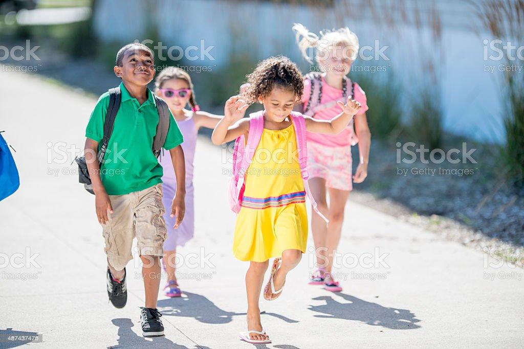 Crianças correndo a classe - foto de acervo