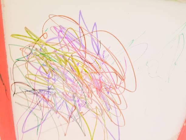 kinder zeichnen abstrakte linien im vorschulalter, farben - scribble stock-fotos und bilder