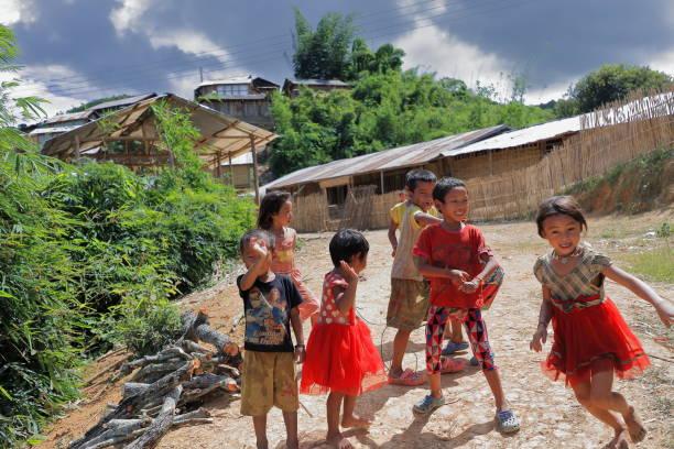 Kinder verabschieden Touristen-Akha YaEr Stamm. BanHouayPhod-Phongsali Provinz-Laos. 3735 – Foto