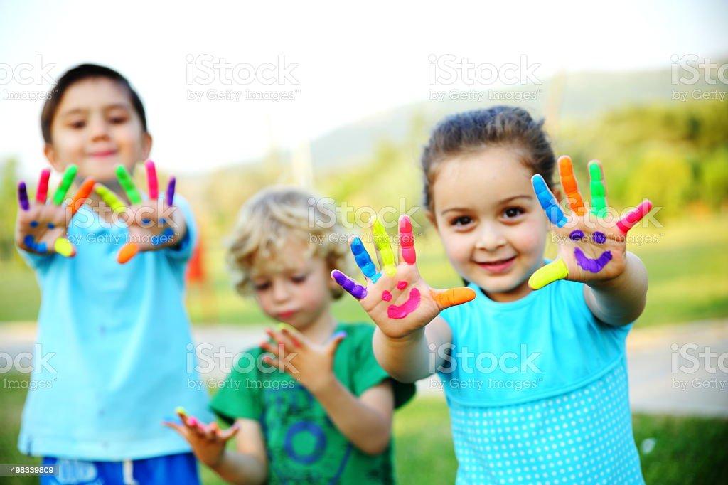 Дети, показаны их Окрашенные руки - Стоковые фото 4-5 лет роялти-фри