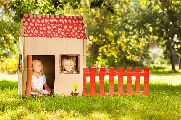 kinder sitzen im playhouse - mädchen spielhaus stock-fotos und bilder