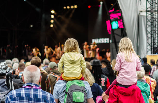 Enfants assis sur les épaules au festival - Photo