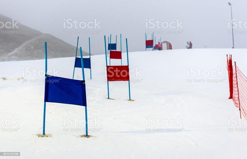 Niños carreras de slalom de esquí de pista con puertas azules y rojas. - foto de stock